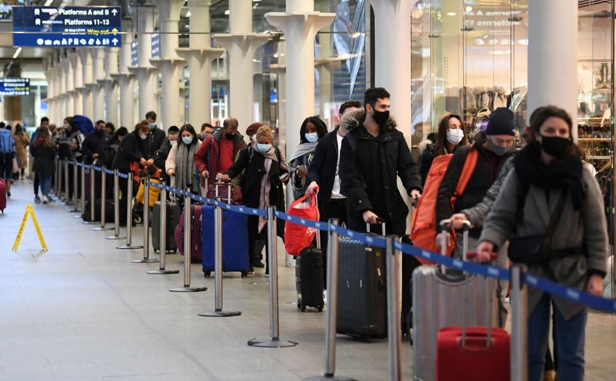 Страны ЕС ограничили авиасообщение с Британией из-за новой мутации коронавируса - фото №2