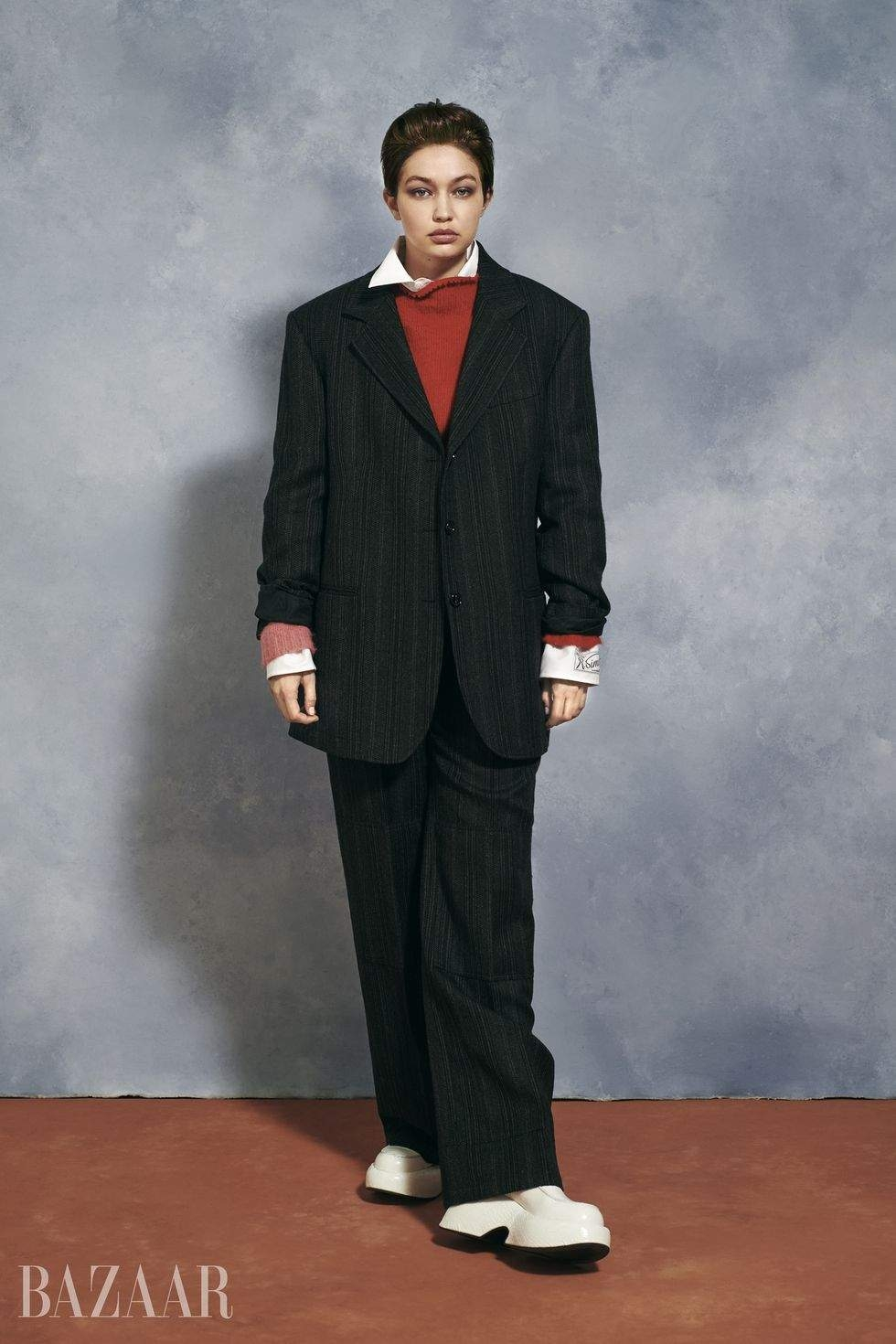 Без макияжа и в мужских образах: Джиджи Хадид снялась в необычной фотосессии для глянца - фото №4
