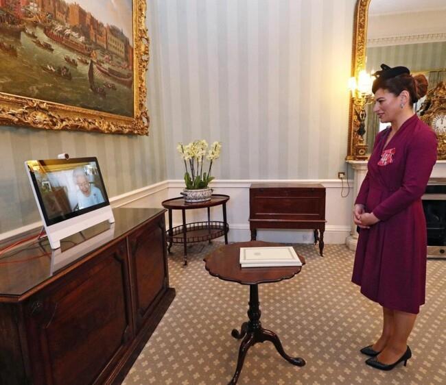 В белом платье и жемчужном ожерелье: королева Елизавета II провела свою первую виртуальную аудиенцию - фото №3