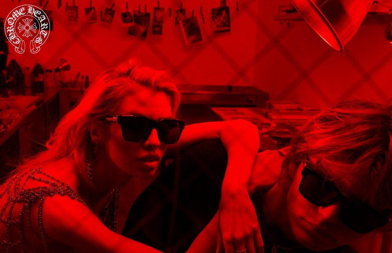 Корсет и ничего лишнего. Стелла Максвелл в откровенной фотосессии показала трендовые очки 2020 года (ФОТО) - фото №5