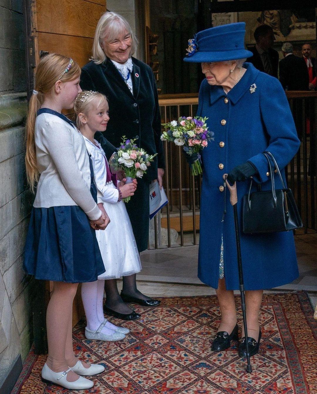Королева Елизавета впервые появилась на публике с тростью (ФОТО) - фото №1