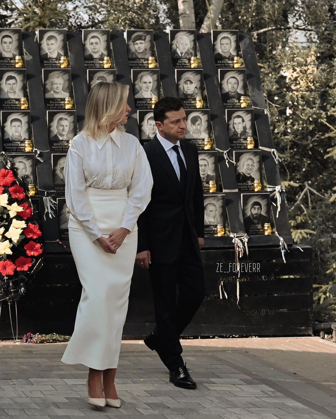 В белой блузке и юбке молочного цвета: как Елена Зеленская выглядела на праздновании Дня Независимости 2021 - фото №1