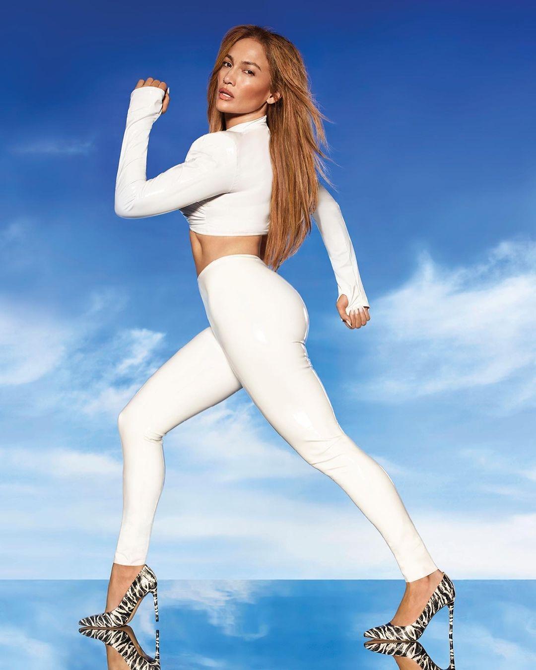 Образ дня: Дженнифер Лопес в белоснежном костюме из латекса (ФОТО) - фото №2