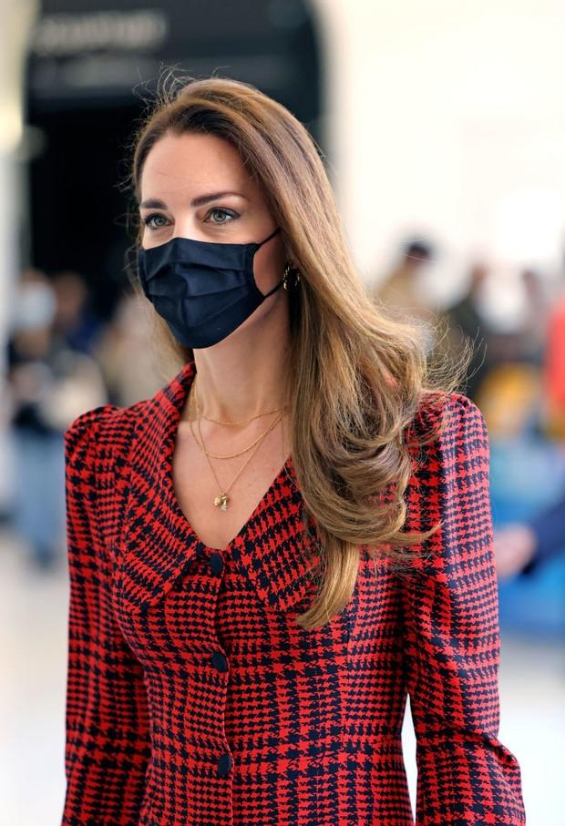 Образ дня: Кейт Миддлтон в клетчатом платье с заниженной талией (ФОТО) - фото №3