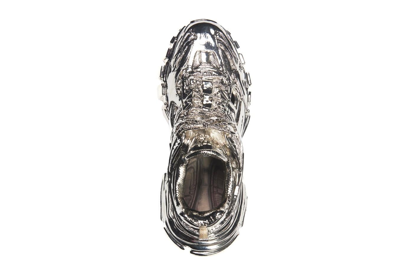 Тренд или помешательство? Balenciaga выпустили бронзовые кроссовки, которые нельзя носить - фото №1
