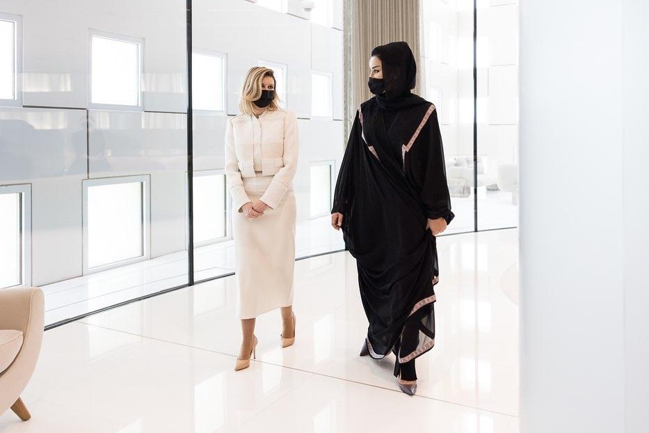 В женственном костюме и лодочках: Елена Зеленская поразила новым выходом в Катаре (ФОТО) - фото №1