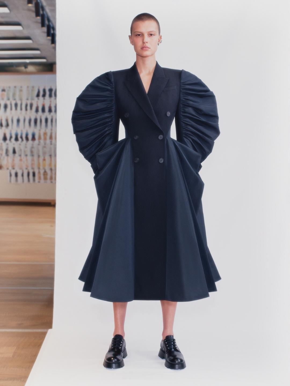 Смотрите fashion-фильм Alexander McQueen, снятый по мотивам новой коллекции весна-лето 2021 (ВИДЕО) - фото №4