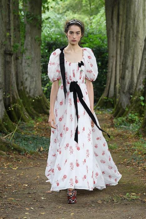 """Неделя моды в Лондоне: Erdem выпустили новую коллекцию по мотивам книги """"Любовница вулкана"""" - фото №1"""