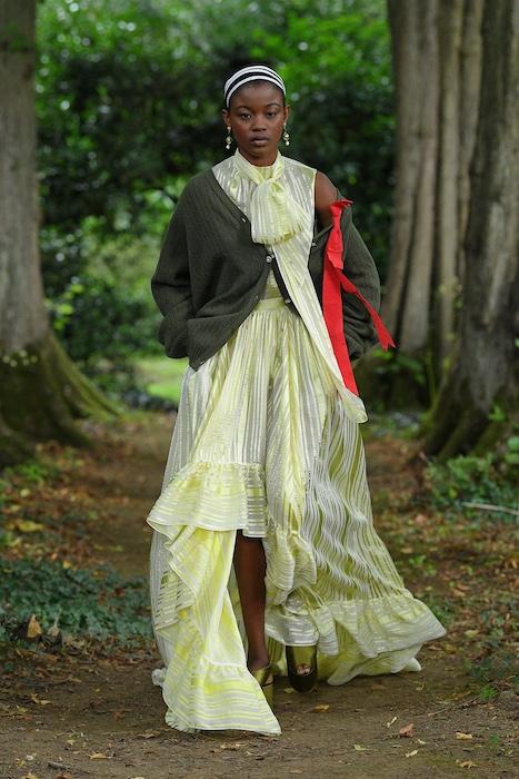 """Неделя моды в Лондоне: Erdem выпустили новую коллекцию по мотивам книги """"Любовница вулкана"""" - фото №6"""